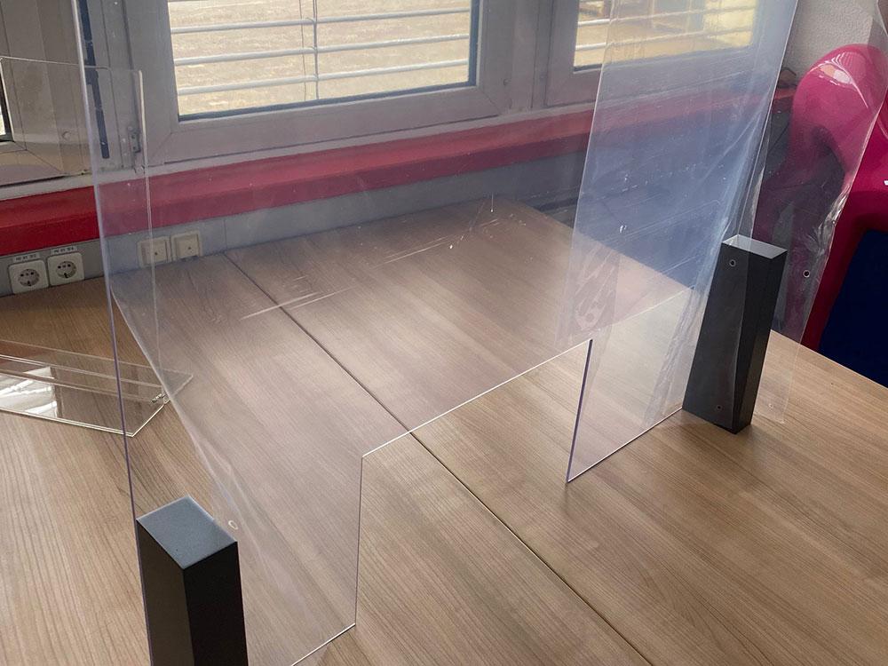Kontaktschutzwand mit leichter Schräge und Holzsockel